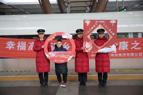 """苏州为务工人员开""""幸福列车"""""""